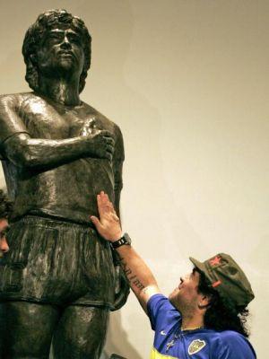 Nello stadio del Boca una statua per Maradona