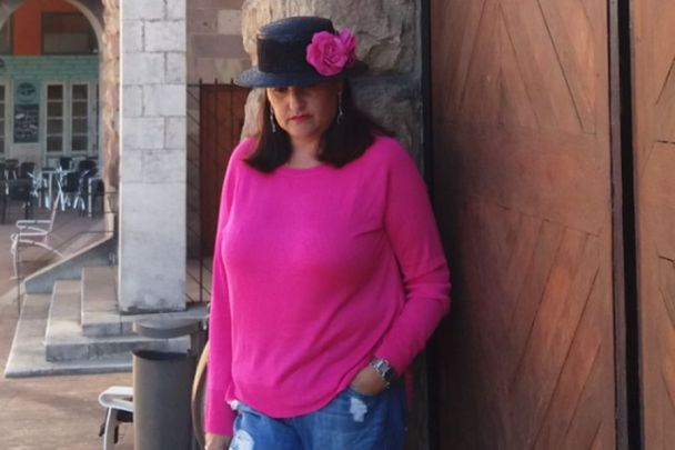 abuela maribel con sombrero canotier y jersey fucsia
