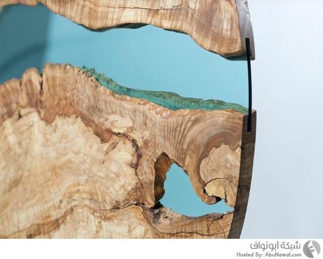 منحوتات لأنهار زجاجية وسط طاولات خشبية 2