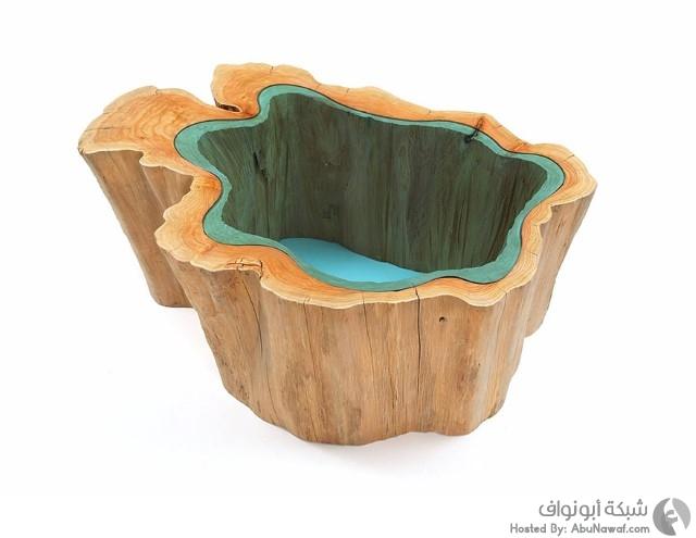منحوتات لأنهار زجاجية وسط طاولات خشبية 5