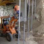 عمال يؤدون عملهم من فوق جرافات