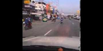نعامة تسابق دراجة نارية