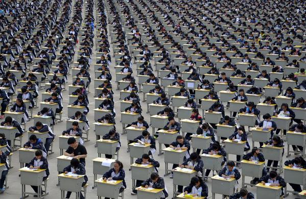 اختبارات الطلاب في ملعب في مدرسة ثانوية بالصين
