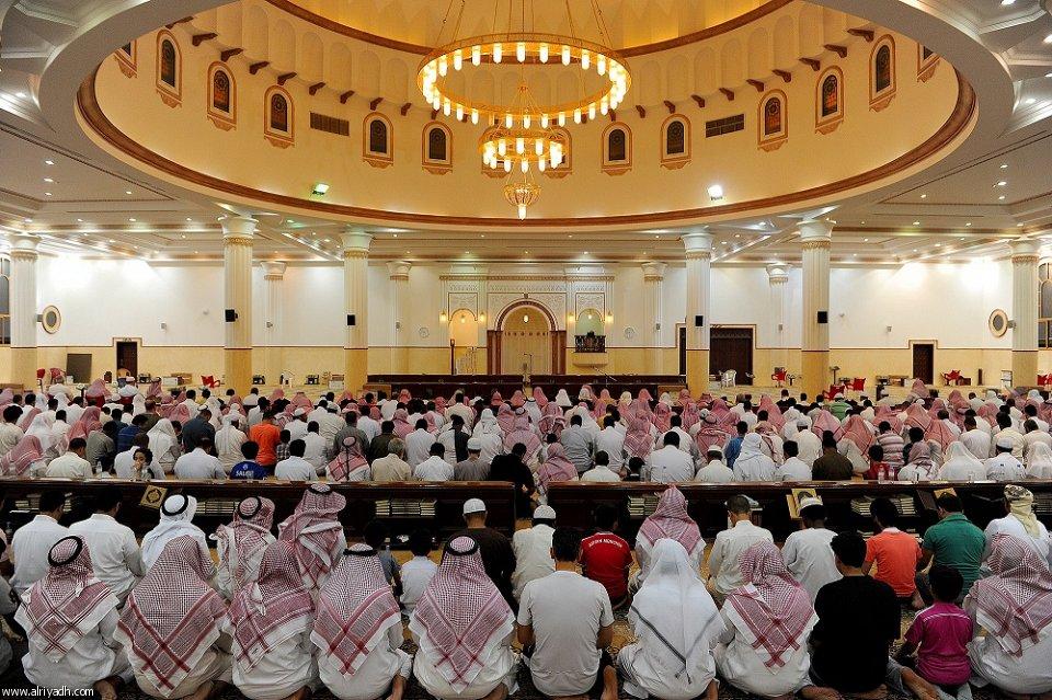 صور: صلاة التراويح في أحد مساجد الرياض