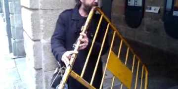 يعزف بحواجز الشوارع