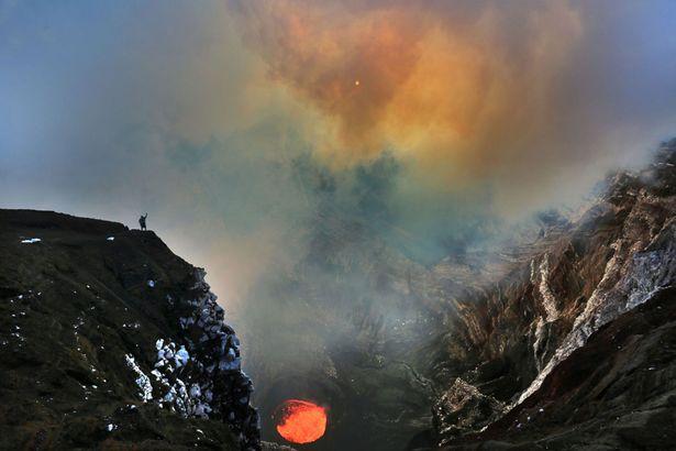 مغامر في فوهة بركانية