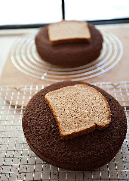 وضع خبز التوست مع الكيك عند تخزينها لفترة يحافظ عليها طازجة.