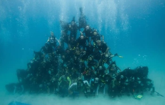 أكبر هرم بشري تحت الماء