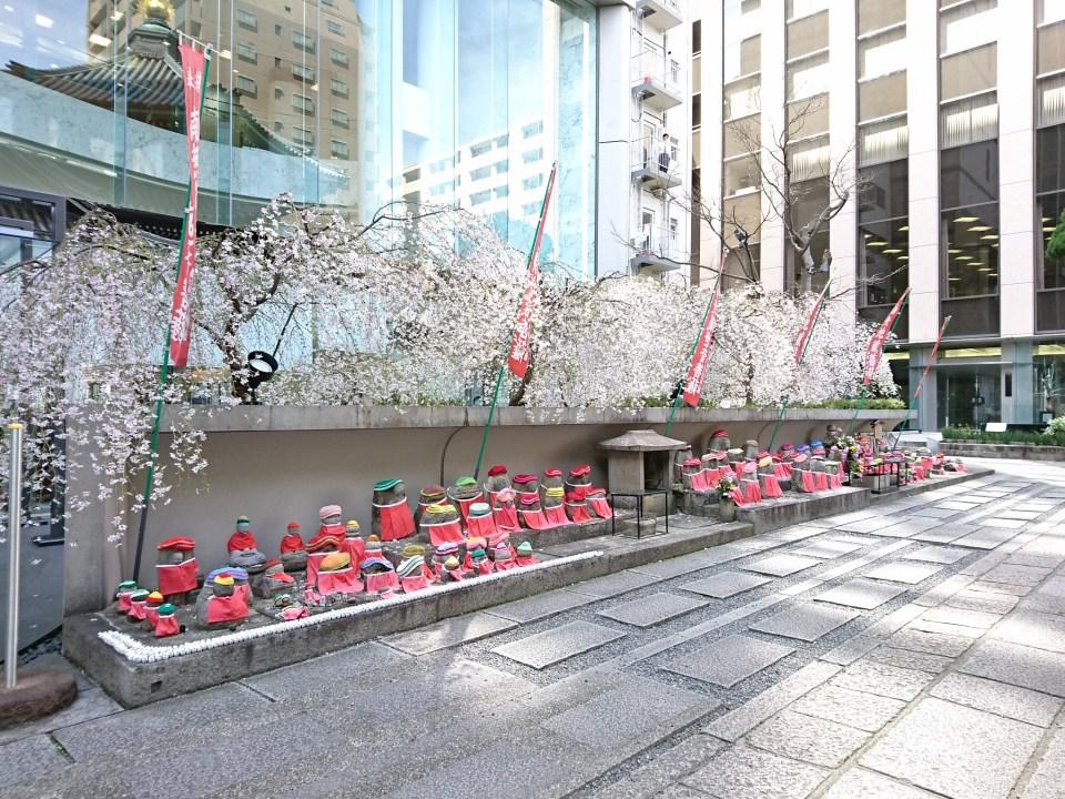 六角堂(紫雲山頂法寺)のお地蔵様と桜