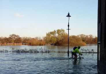 Thames Path at Chiswick Mall. Photo with thanks to @15mph