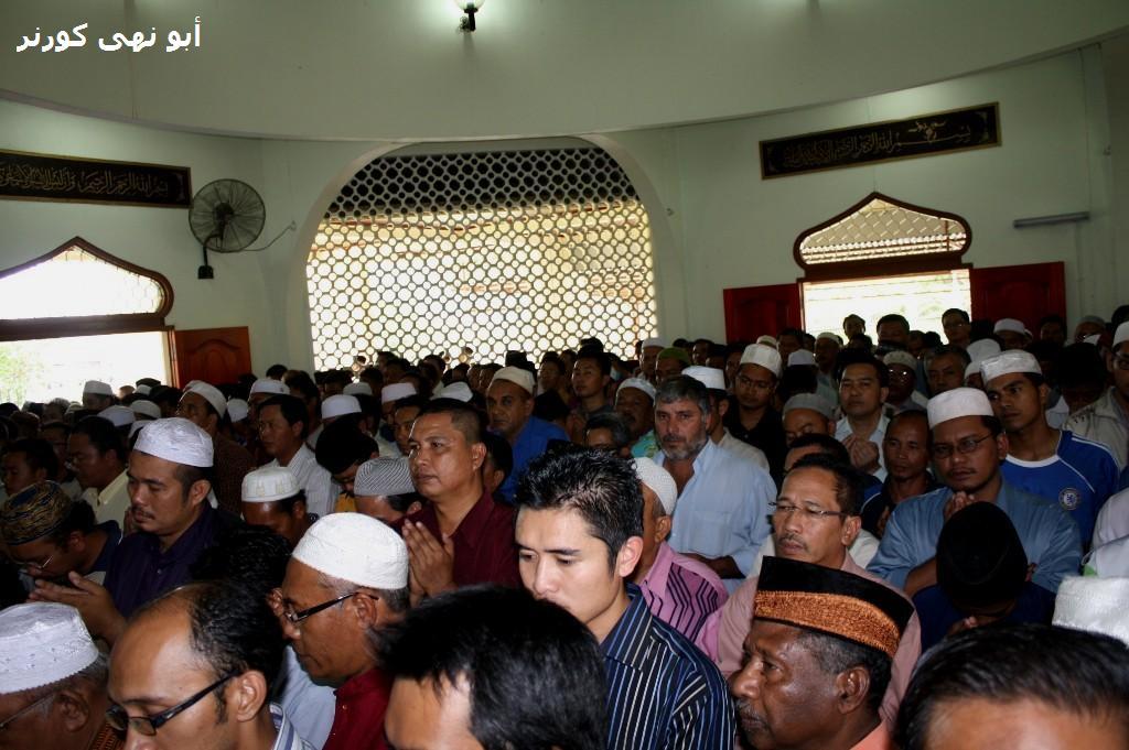Sebahagian jamaah yang bersesak di Masjid Nurul Iman, menyertai solat janazah untuk tuan guru yang dikasihi
