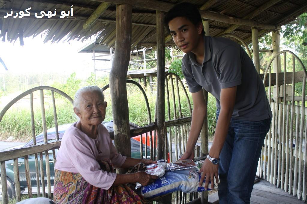 Aslam menyampaikan sumbangan buat nenek Madayang
