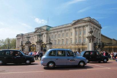 O palácio de Buckingham e o táxi Black Cab - instituições da Inglaterra