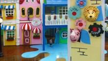 Animais coloridos na cidade colorida.