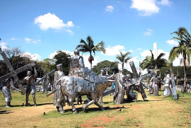 Uma vista geral das 46 esculturas de Gilmar Pinna, na exposição Paixão.
