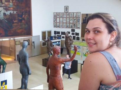 Fotos, quadros e muitas estátuas.