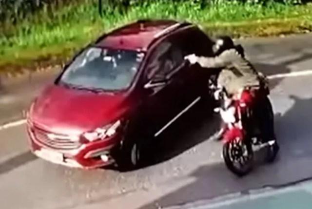 El pistolero dispara al auto de Ana Paula Campestrini.