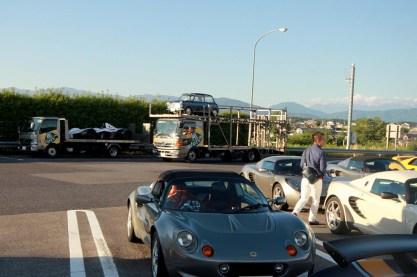 積車2台も無事到着。Photo:F.H.