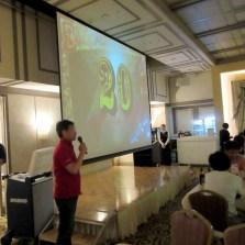 さてお待ちかねのビンゴ大会です!今回は大型スクリーンを用いて照明も落として臨場感抜群です。Photo:R.M.