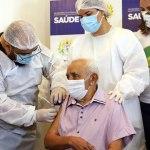 Idoso morador do Lar Vicentino é o primeiro a ser imunizado com a CoronaVac no Acre
