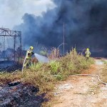 Bombeiros tentam apagar incêndio próximo a estação de gás