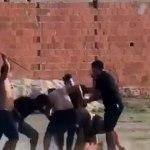 Pancadaria em partida de futebol acaba com policial sacando arma