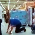 Vendedor acreano é humilhado no Carrefour enquanto limpa chão de joelhos no MS