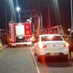 Motoboy é salvo por bombeiros ao tentar se jogar da ponte metálica, em Rio Branco