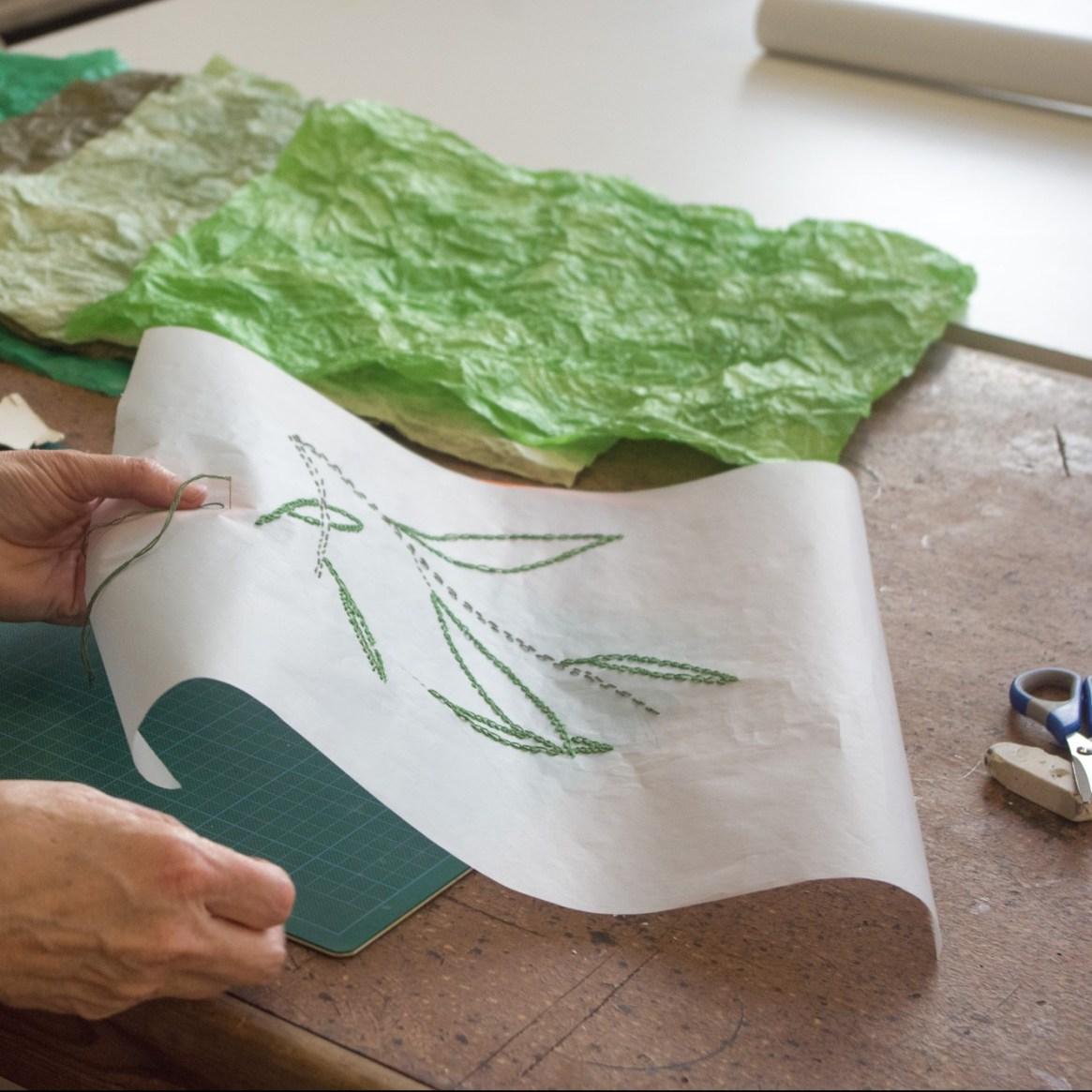 image d'une broderie sur papier en cours de réalisation