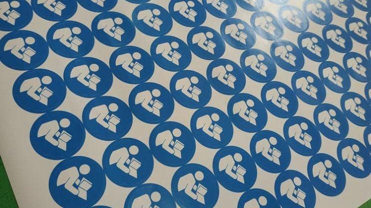 Пеать наклееки, этикеток, стикеров в типографии Академ-принт