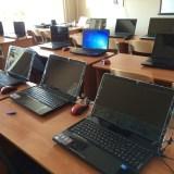 Компьютерный класс оснащен высокопроизводительными ноутбуками. Слушатели на этих компьютерах проходят тестирование, изучают программы, такие как ГРАНД-смета.