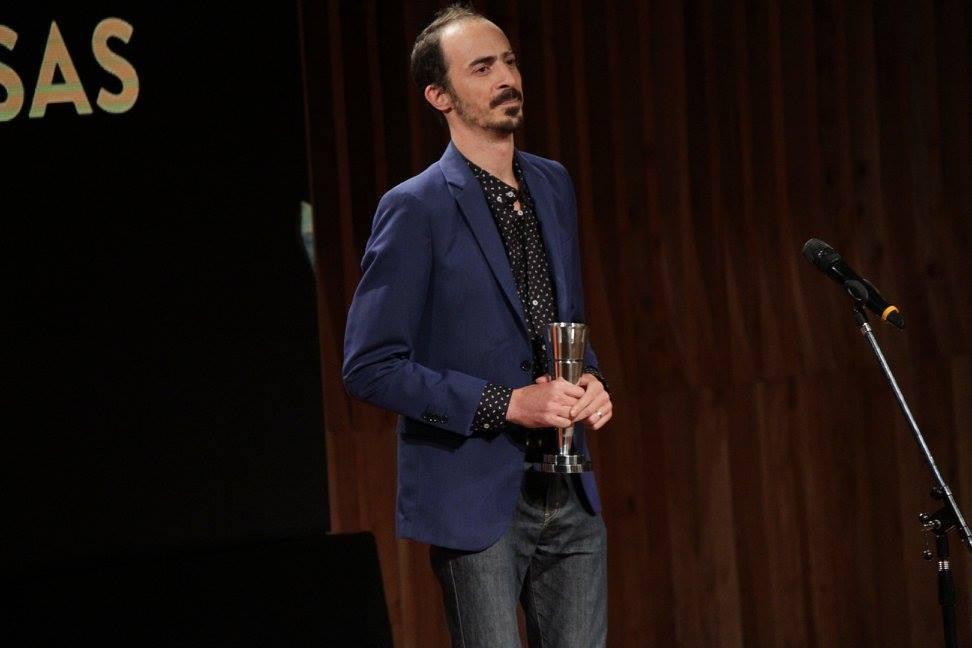 El director Nicolás Silbert entrega el premio a Mejor Opera Prima