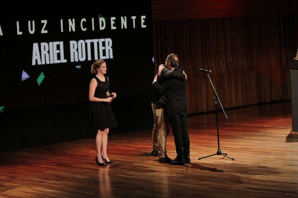 """Ariel Rotter recibe el premio a Mejor Dirección por su película """"La Luz Incidente"""""""