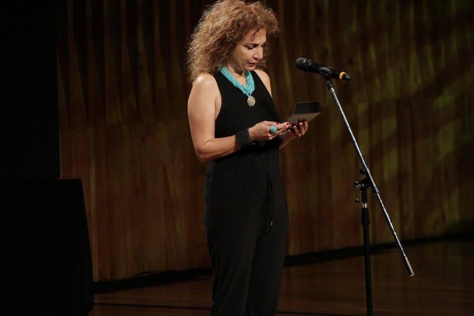 Sabrina Farji presenta el premio a Mejor Documental
