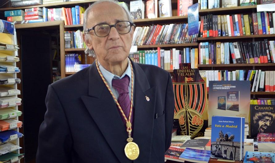 'Vete a Madrid', el nuevo libro y la primera novela del poeta y académico D. Juan Rafael Mena  (reportaje videográfico)