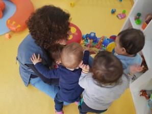 Educadora dá segurança às crianças