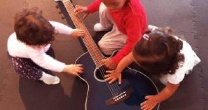 Bebés experimentando instrumentos