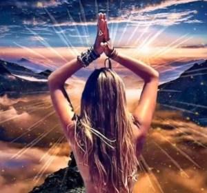 femme de dos aux cheveux longs avec les mains en prière au dessus de la tête