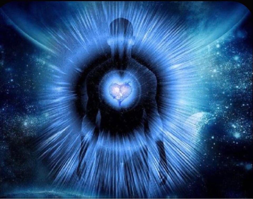 représentation d'un homme avec un coeur bleu et de la lumière qui en sort et rayonne tout autour de son corps