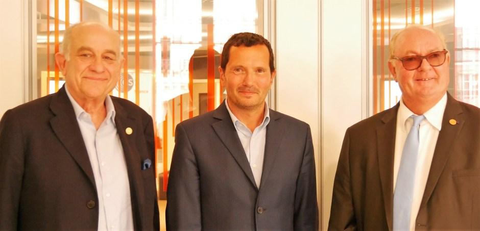 Julien Lévy [⚚] est entouré de Jean-Paul Aimetti [⚚], nouveau président et Alain Metton [⚚], ancien président de l'Académie.