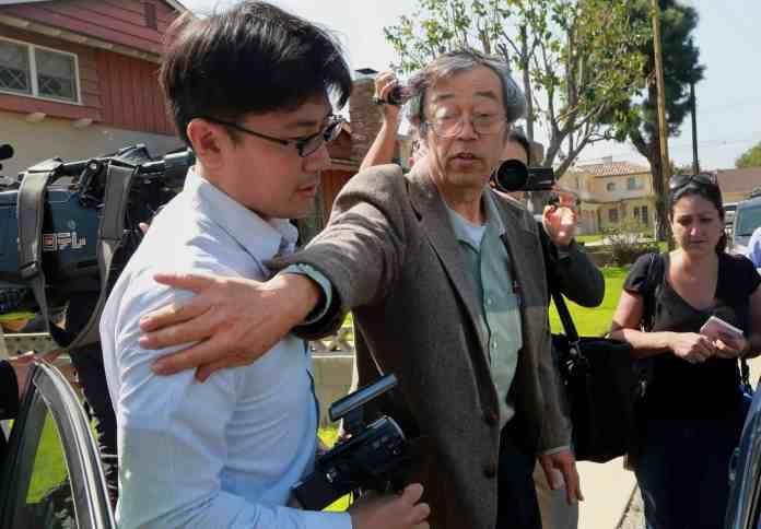 Dorian Nakamoto acosado por la prensa en la puerta de casa