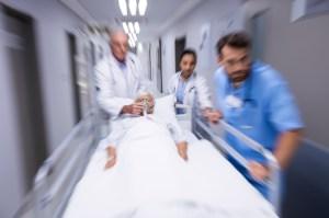 Un homme dont les poumons ont été détruits par la COVID-19 reçoit une double greffe