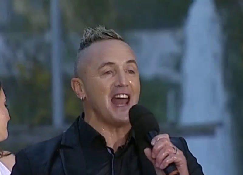 Viral| Artista canta debaixo de chuva torrencial na RTP