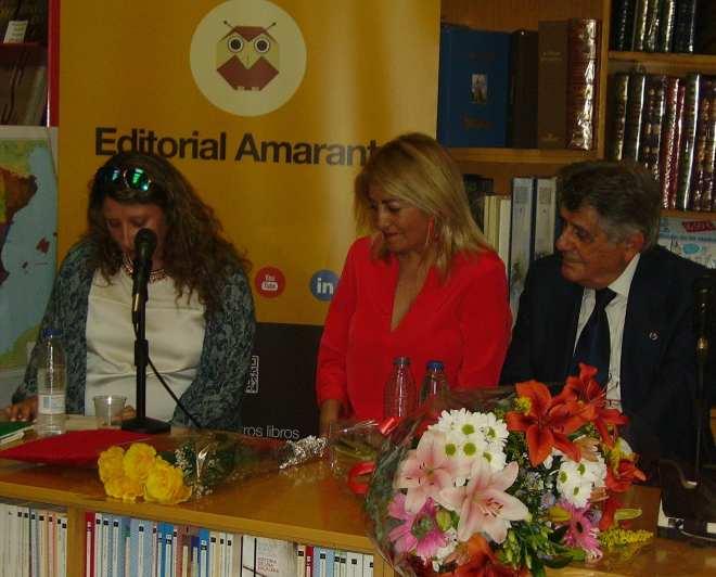 """Ana Ussía (izquierda), leyendo un fragmento de """"El coronel de los martes"""""""