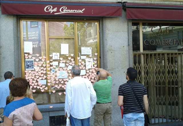 Gente frente al Café Comercial dejando mensajes y sacando fotografías