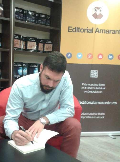 Andrés Montenegro firmando