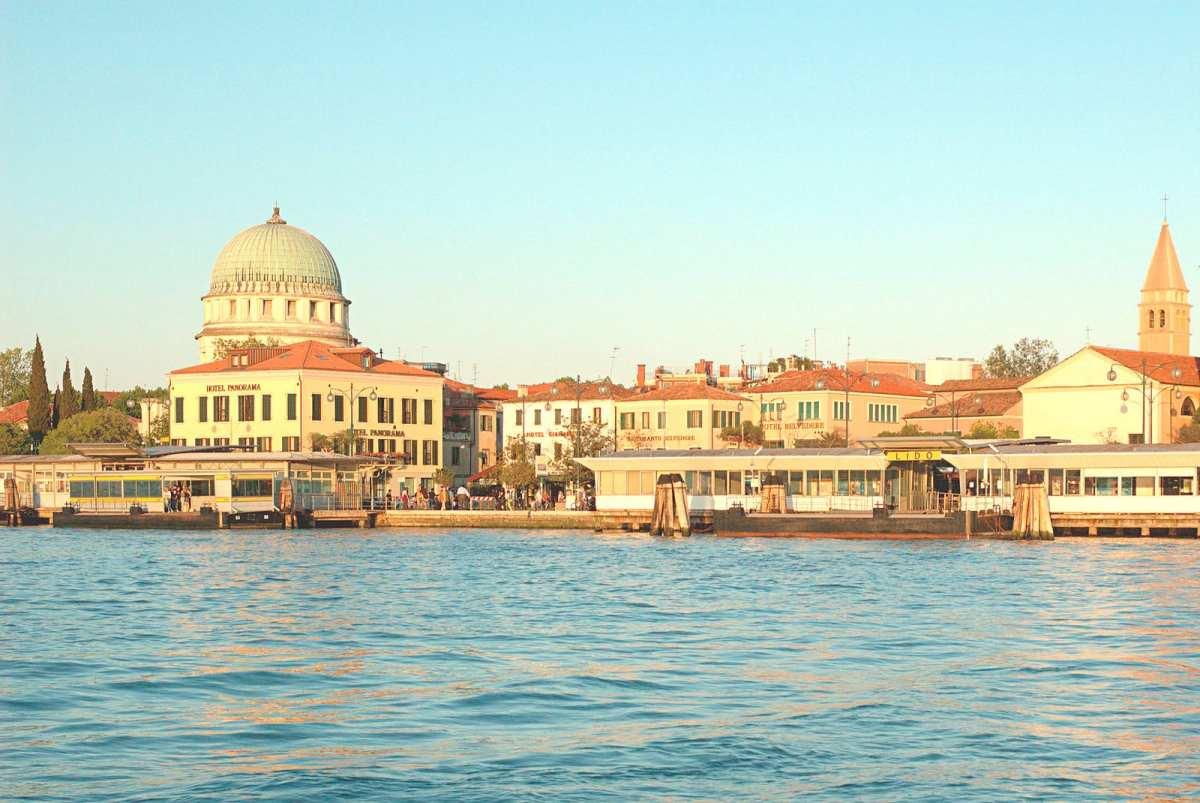 Muerte en Venecia - vía Wikipedia https://es.wikipedia.org/wiki/Muerte_en_Venecia_(pel%C3%ADcula)