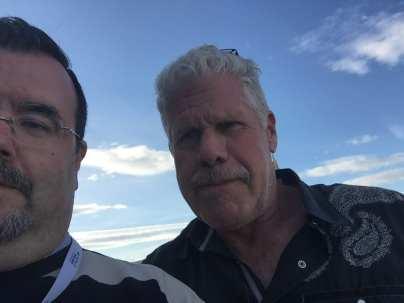 Ron Perlman en la terraza del Hotel Málaga Palacio con el autor del artículo