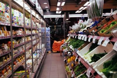 imagem de um supermercado, com sessão de frios à esquerda e sessão de verduras à direita. Mostra um exemplo de local onde a Curva ABC é muito utilizada para a disposição física dos produtos.