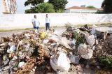 Prefeitura retira lixo acumulado entre escola e posto de saúde em Petrolina